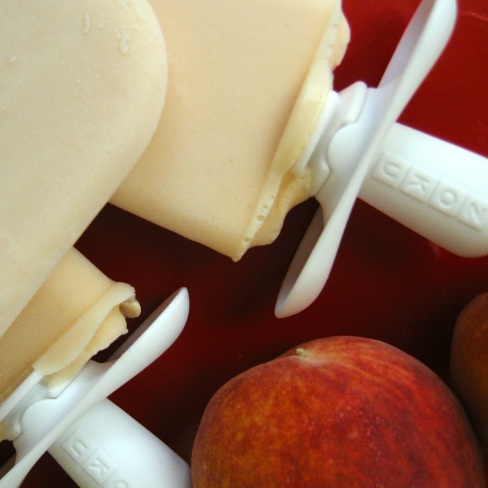 Creamy Peach-Yogurt Popsicles | aneelee.wordpress.com